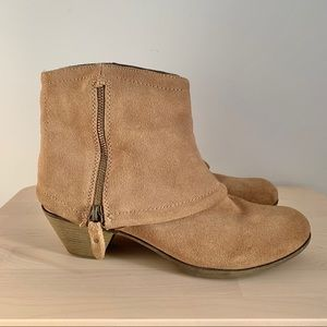 DENVER HAYES quad comfort tan suede ankle booties